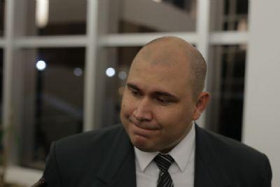 Abílio encontra bandeira de Cuiabá 'despedaçada' e compara a atual situação da cidade