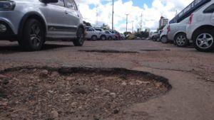 Motoristas precisam desviar de buracos até no estacionamento da rodoviária de Cuiabá