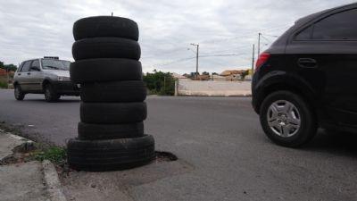 Moradores usam pneus para tapar buraco no Verdão em Cuiabá; veja vídeo