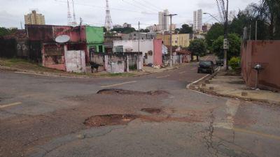 Motoristas podem escolher o buraco para cair no bairro Santa Helena em Cuiabá; vídeo