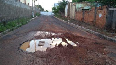 Vazamento criou atoleiro na rua Padre Tenório em Cuiabá