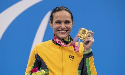 Carol Santiago é ouro e Cecília Araújo prata na natação