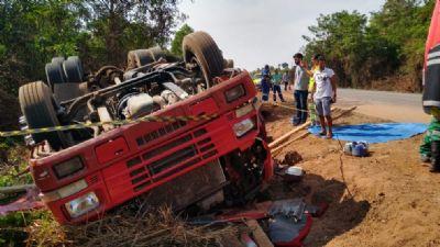 Motorista morre após carreta tombar na BR-163