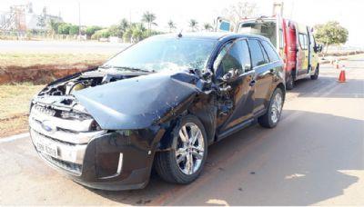Carro tem capô arrancado após bater em caminhão