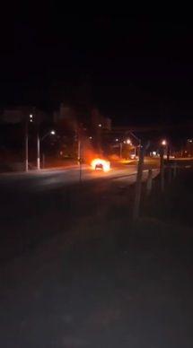 Carro pega fogo em frente ao Parque das Águas; vídeo