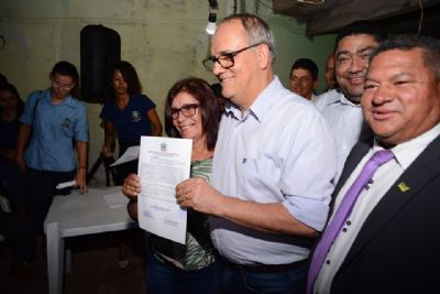 Prefeitura entrega escrituras aos moradores do bairro Carlos Bezerra após 20 anos de espera
