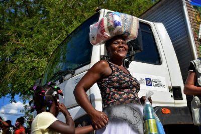 Primeira-dama atende famílias imigrantes haitianas com doação de alimentos
