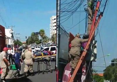 Vídeo | Homem fica pendurando em poste após sofrer descarga elétrica