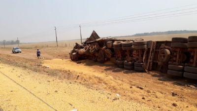 Motorista morre após colisão entre carretas