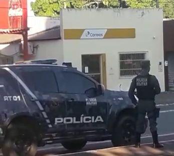 Assaltantes mantém três pessoas reféns nos Correios de Livramento