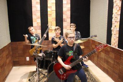 Dia das Crianças: Amigos se unem e formam banda de rock