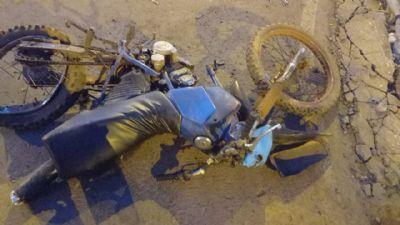 Menino de 12 anos sofre fratura exposta após bater de moto em caminhão