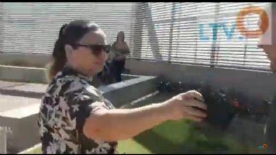 """Secretaria """"toma"""" celular de Abílio durante a entrega 3ª etapa do HMC - Veja o vídeo"""