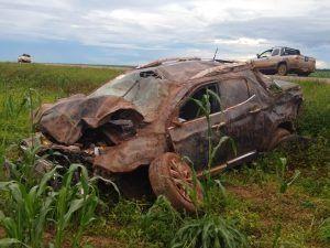 Acidente na BR 242 deixou uma pessoa ferida, veículo ficou destruído.