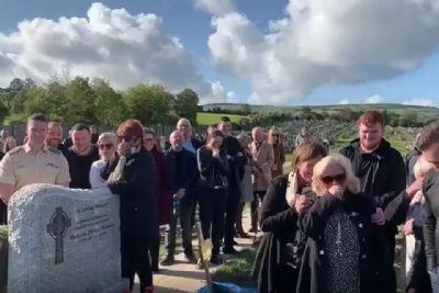 Morto grita para sair de caixão e leva familiares às gargalhadas; vídeo