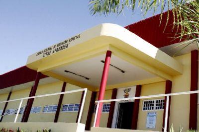 Funcionário de escola ameaça estudantes especiais com arma de choque