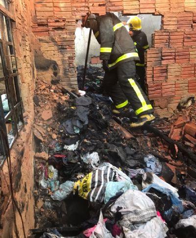Incêndio de grandes proporções destrói casa em Várzea Grande