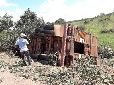Motorista tomba carreta em rodovia que passa por Colíder