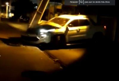 Carro bate em poste e frente fica destruída; vídeo