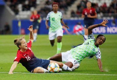 França vence com auxílio do VAR e se classifica