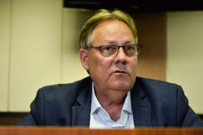 Secretário diz que estudos sobre Covid-19 são 'futurologia' e não os lê