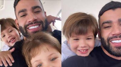 Gusttavo Lima posa sorridente ao lado dos filhos