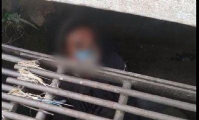 Morador de rua dorme em bueiro para contornar o frio
