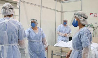 Profissionais da saúde realizam ato para reivindicar melhorias e homenagear vítimas da Covid-19