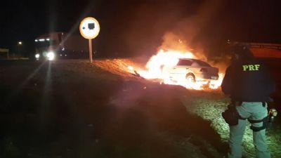 Incêndio atinge carro e motorista é salvo por policiais; veja vídeo