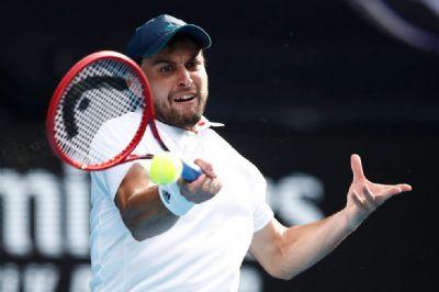 Fora do top 100, russo desbanca favoritos e vai para semifinal contra Djokovic
