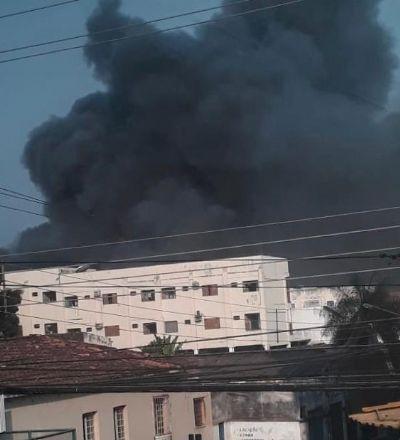 Incêndio toma conta de depósito da Seduc e área é isolada por risco de explosões; fotos e vídeo