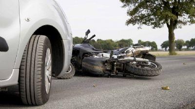 Acidente envolvendo moto e ambulância deixa um morto e um ferido