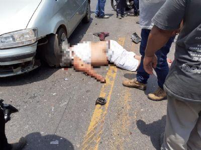 Motociclista tenta atravessar rodovia, cai e morre atropelado - veja vídeo