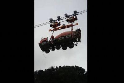 Em obra de rodovia de SP, caminhão é transportado pelo ar