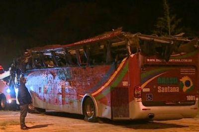 Ônibus capota e deixa dez mortos na rodovia Floriano Rodrigues Pinheiro, em SP
