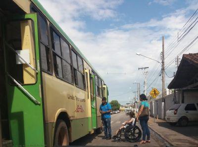 Vídeo flagrante: elevador para deficientes trava em ônibus do transporte coletivo de VG