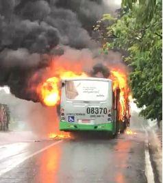 Ônibus pega fogo ao subir Morro da Luz