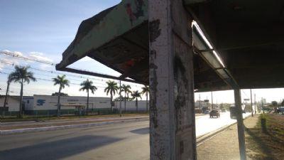 Cobertura de ponto de ônibus ameaça cair no bairro Jardim Buritis, em Cuiabá; veja vídeo
