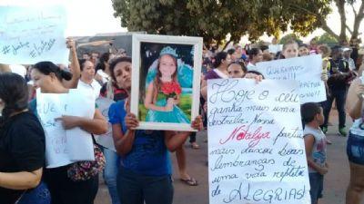 Manifestantes pedem por justiça pelo assassinato de menina de 8 anos