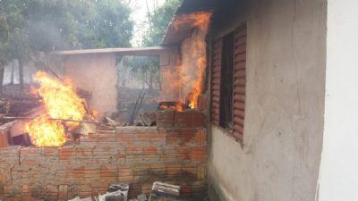 Fogo atinge residências no interior de Rosário Oeste, veja o vídeo