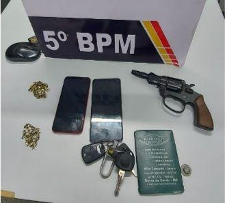 Após perseguição e tiros, PM recupera carro roubado e dois são presos