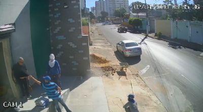 Homem tem carro roubado em plena luz do dia em Cuiabá - VEJA VÍDEO