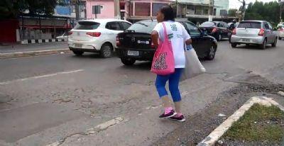 Pedestres precisam se arriscar entre os carros para atravessar Monte Líbano próximo à rodoviária de Cuiabá