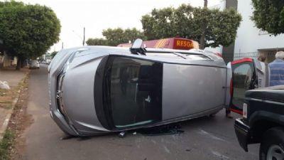 Carro tomba após colisão em cruzamento