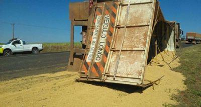 Batida de caminhões deixam motoristas presos em ferragens e transito é interrompido na MT-70