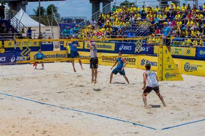 Jogadores do Circuito de Vôlei de Praia participam de sessão de autógrafos em shopping de Cuiabá