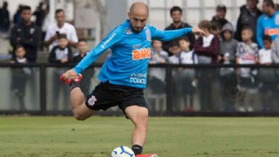 Régis se destaca em treino do Corinthians, que tem susto de Everaldo